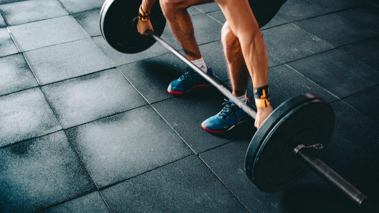 penyebab lengan sakit setelah angkat beban